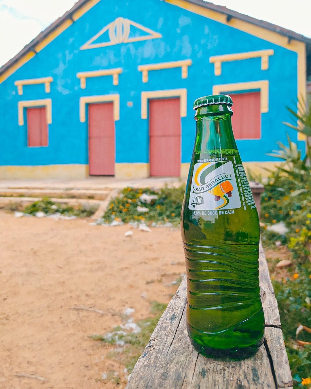 Fachada da Fundação Casa Grande com uma garrafa de Cajuína São Geraldo